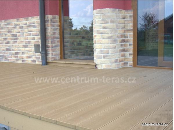 Kombinace dřevoplastové terasy a kamenného obkladu