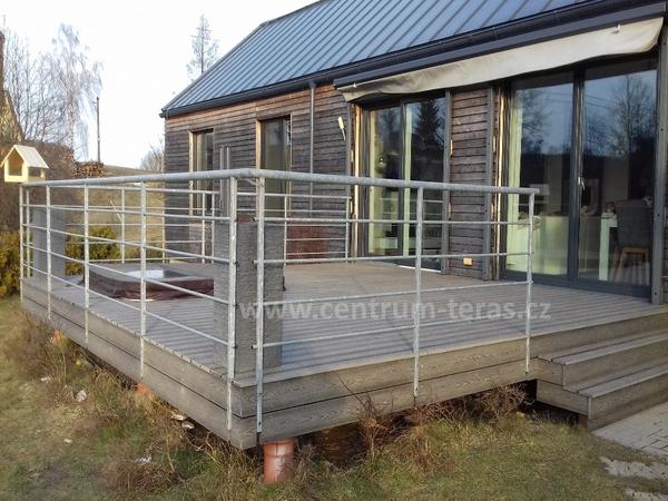 Kombinace dřevoplastové terasy a dřevěného fasádního obkladu