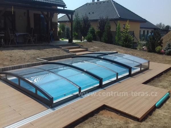 Citlivě osazená terasa kolem bazénu do zahrady