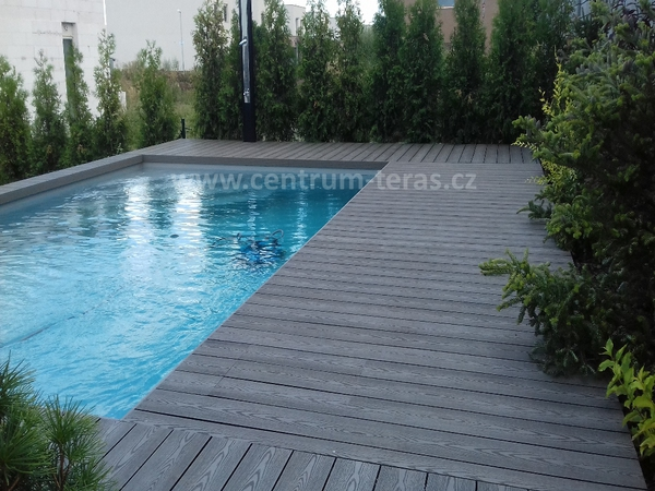 WPC u bazénu
